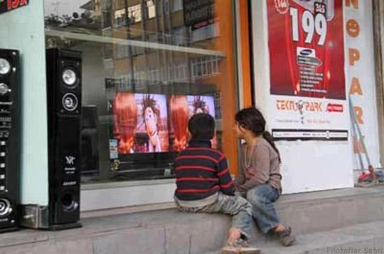 AVM vitrininden TV Seyreden Yoksul Çocuklar