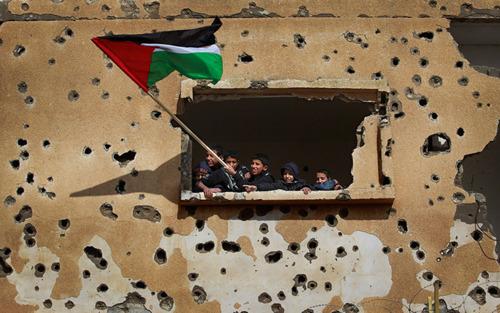 Kıstırıldığımız köşedir Gazze; insanlığın testi, Allah'ın mühleti. Gazze düşerse Mekke, Diyarbakır, İstanbul düşecek. Gazze düşerse sesimiz, yüzümüz yerden kalkamayacak. Direnişin fidanları çiçek açmayacak, has çiçek yeşeren toprak kalmayacak. Ne sol ne sağ yumruğumuz kalkabilecek, ihanetimiz tam, yenilgimiz tamam olacak Onların nefreti sevgimize diz çöktüremeyecek. Kuşatılmış inatçı çocukların, Dünyanın tüm çocukları için canavarlara direndiği yerdir #Gazze.