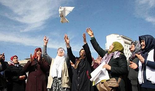 15 Mart 2015: Kürt ve Türk anneler Diyarbakır'da barışa güvercin uçurdu.