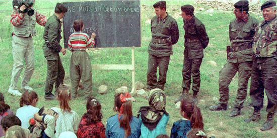 """80'li yıllarda TSK Kürt çocuklarına """"eğitim hizmeti"""" götürürken... 80'li yıllarda TSK Kürt çocuklarına """"eğitim hizmeti"""" götürürken..."""